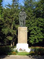 Гадяч. Памятник генерал-лейтенанту П.П.Корзуну